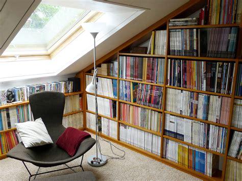 Bibliothèque sous pente sur mesure en chêne.