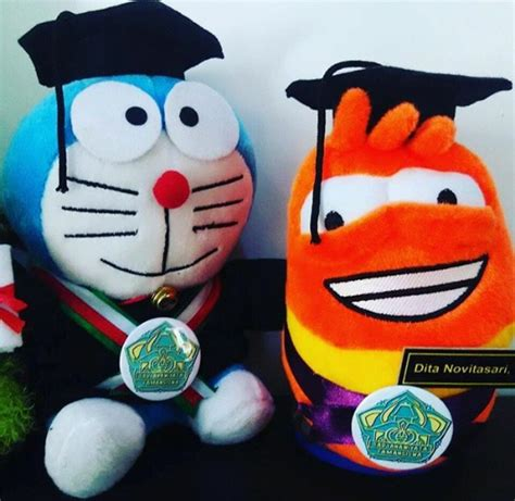 Boneka Wisuda Doraemon doraemon boneka wisuda ust kado wisudaku