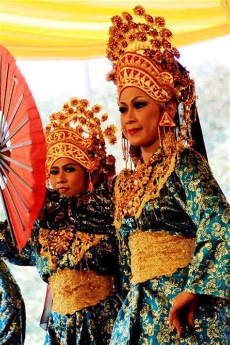 Foto Baju Penari Melayu memberi sirih memberi hormat indonesiakaya eksplorasi budaya di zamrud khatulistiwa