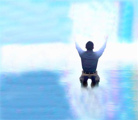 imagenes de jesus levantando a un hombre dios llama a los hombres a salir de la mediocridad