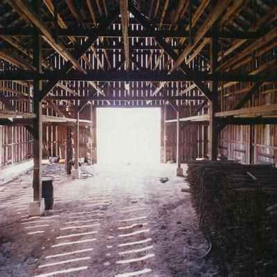 scheune leer ma waits until has left closes barn door there is