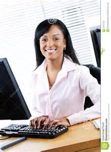 femme de m駭age bureau femme d affaires heureuse au bureau photo libre de