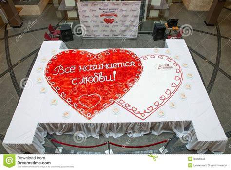 Hochzeitstorte Herz Erdbeeren by Herz F 246 Rmige Hochzeitstorte Mit Erdbeeren Stockfotos