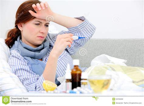 lit femme femme malade se situant dans le lit image stock image du