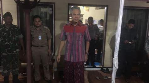 Kemeja Songket Palembang 27 pakai kemeja dan sarung ganjar menginap di rumah kepala desa kluwih tribunnews