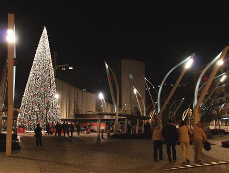 imagenes navidad bilbao un guarda de seguridad vigila por las noches el abeto