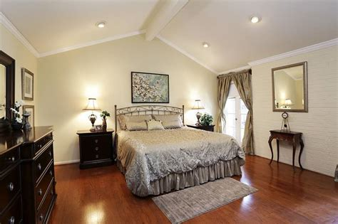 Vaulted Ceiling Crown Moulding by Best 25 Vaulted Ceiling Decor Ideas On Coffee