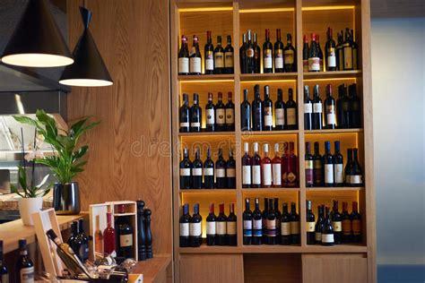 come fare uno scaffale in legno bottiglie di vino su uno scaffale di legno fotografia