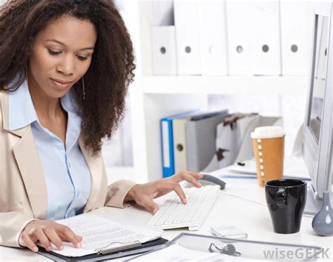 what is a senior administrative assistant with pictures