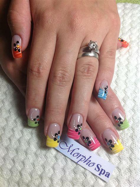 uñas decoradas con flores rojas uas florales negras con flores de colores en las puntas nail