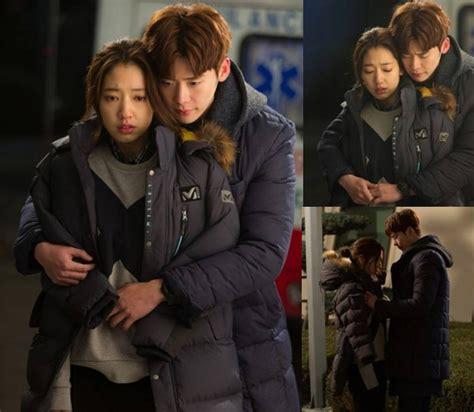 lee jong suk akan jadi pembunuh berdarah dingin di film lee jong suk peluk mesra park shin hye di foto terbaru
