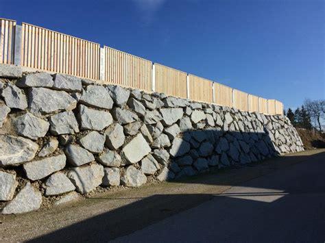 moderner holzzaun und steinmauer wurfsteinmauer mit - Moderner Holzzaun