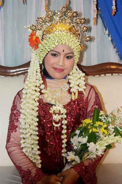 gaun pengantin solo alasan menikah diusia 25 tahun