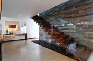 treppen modern freitragende treppe im spotlicht 29 moderne bolzentreppen