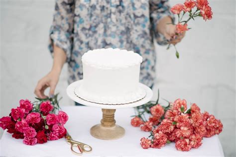 Diy Wedding Cake Flowers by Diy Fresh Floral Cake Topper Let S Mingle