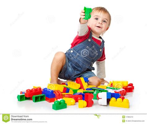 imagenes niños jugando con arena un muchacho divertido est 225 jugando con lego fotos de