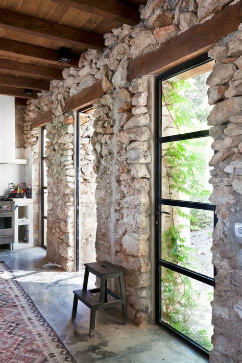 Ordinaire Mur En Pierre Apparente Interieur #1: 1-mur-en-pierre-apparente-grand-fenetre-dans-la-maison-retro-joli-interieur.jpg