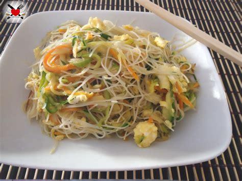 come cucinare spaghetti di riso cinesi spaghetti di riso senza cottura con verdure saltate