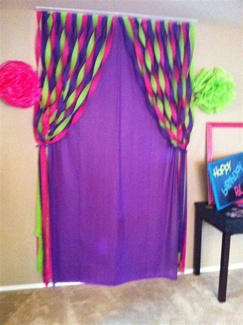 Ideas To Decorate With Streamers by Back Drop Table Cloth And Streamers Fastened The