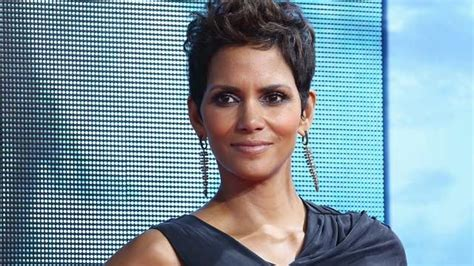 Halle Berry New Hairstyle by Halle Berry Shares Photo Of Edgy New Haircut