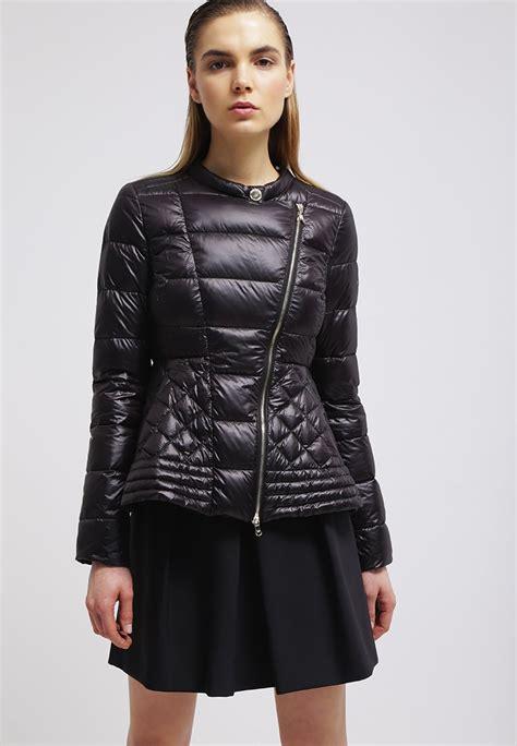 cappotti e look minimal blue is in fashion this year abito donna patrizia pepe piumino nero