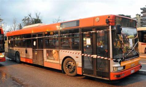 autobus per porta di roma roma infernetto cede la porta ragazza cade dall autobus e