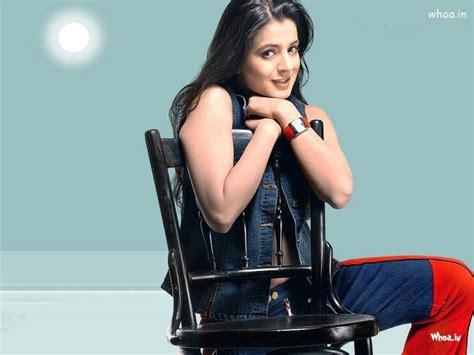 amisha patel sitting   chair close  hd wallpaper