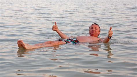 imagenes vacaciones en el mar mar muerto im 225 genes flotando en el agua turismo israel
