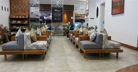 ida nur laela menunggu  lounge bandara untung  rugi