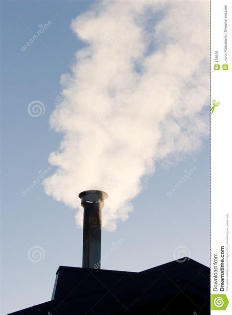fumo camino camino di fumo fotografia stock immagine di fuoco tetto