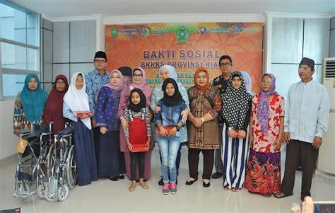 Kursi Roda Pekanbaru gelar bakti sosial bkkks riau serahkan bantuan kursi roda dan alat bantu dengar
