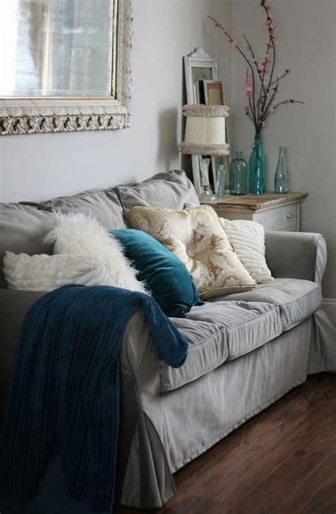 sofa mit fußstütze schlafzimmer mit holzdecke einrichten