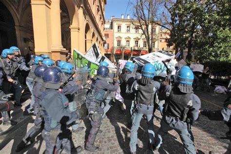 ufficio notifiche bologna bologna 171 indignati 187 scontri con la polizia ferita una