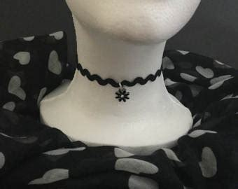 Zigzag Choker Necklace Silver Flower A Kalung Handmade made with using brand new fabrics by mariescosycushions