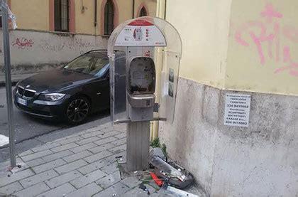 sede inps battipaglia salerno vandali distruggono cabina telefonica in corso