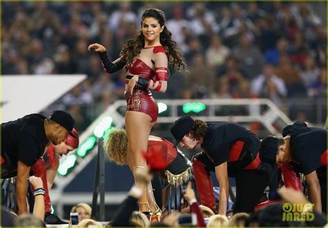 show thanksgiving selena gomez s thanksgiving halftime show performance now photo