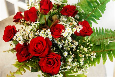 How To Arrange Roses In Vase by How To Arrange A Dozen Roses In A Vase 11 Steps With Pictures