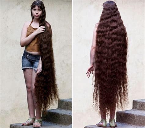a casa coi suoi la ragazza compra una casa con i suoi capelli
