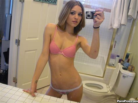 Super Sexy Petite Teen Spreads Her Amateur Pussy Nude