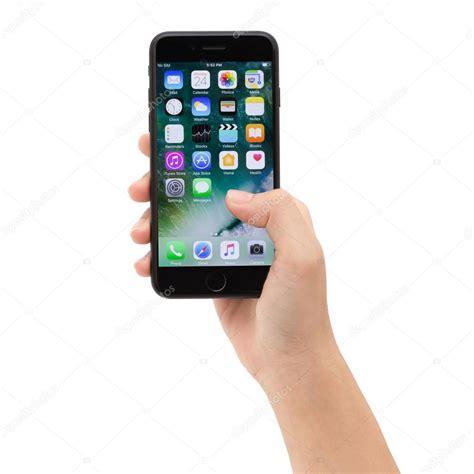 primo piano della holding iphone 7 mostrando la schermata dell app il nuovo iphone 7 232 prodotto