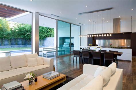 modern minimalist living with flexible open spaces modern in santa monica sch 246 nes modernes haus in santa
