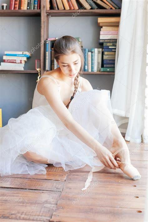 1325171034 ballerine photos de cours jeune ballerine debout sur poite 224 barre en cours de danse