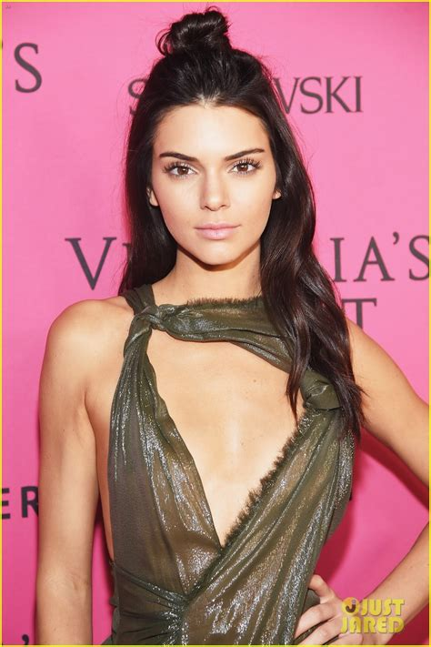 Magic Glossy Vs Sari selena gomez joins models kendall jenner gigi hadid at