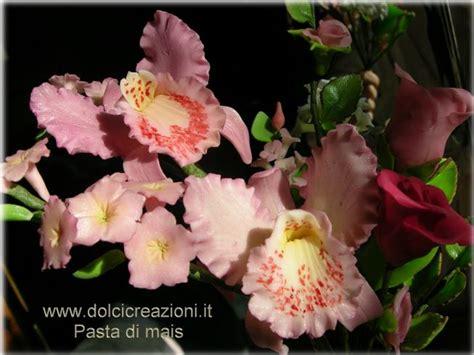 vasetto in cristallo con rosse decorato con pasta di dolci creazioni by carla cold porcelain flowers