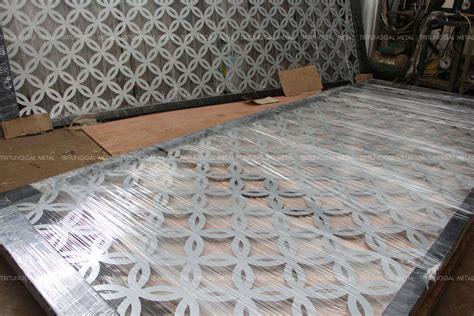 Wallpaper Dinding Murah Motif Plat Besi sliding door pintu geser laser cut motif batik kawung tritunggal metal