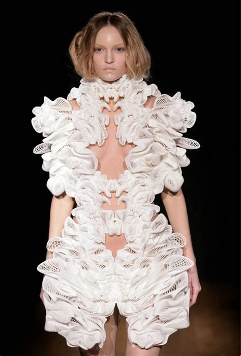 Toner Lamour by Iris Herpen S New 3d Printed Escapism Couture