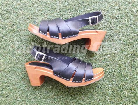 Sandal Kloom 1 Sepatu Sandal Kayu Made In Nadya Terbang Hingga Ke Qatar