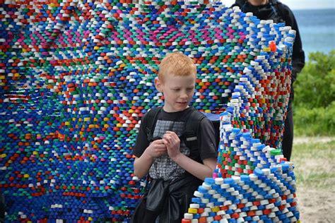 pet flaschen plastic kunst als mahnmal fuer