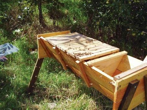 keeping bees using the top bar beekeeping method