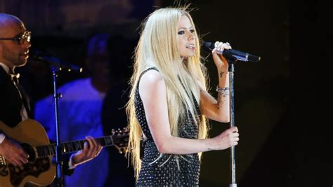 avril lavigne launches caign to help fight lyme disease avril lavigne returns to stage for first time since lyme